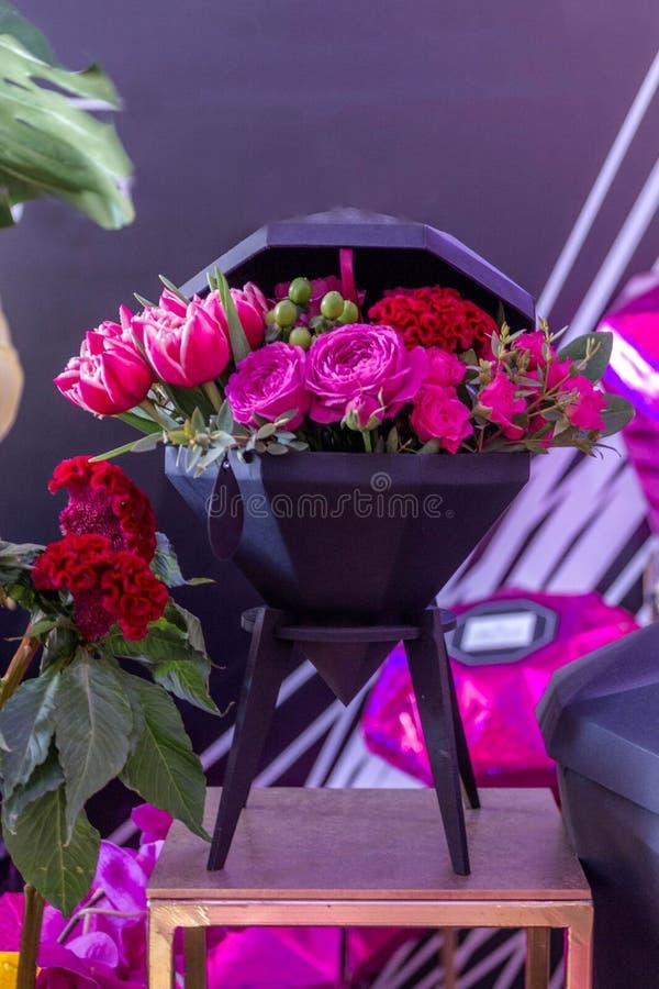 Ramo decorativo de peonías, de tulipanes y de rosas imágenes de archivo libres de regalías