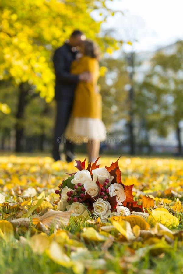 Ramo del otoño, un ramo nupcial, un ramo del ` s de la novia en la hierba fotos de archivo