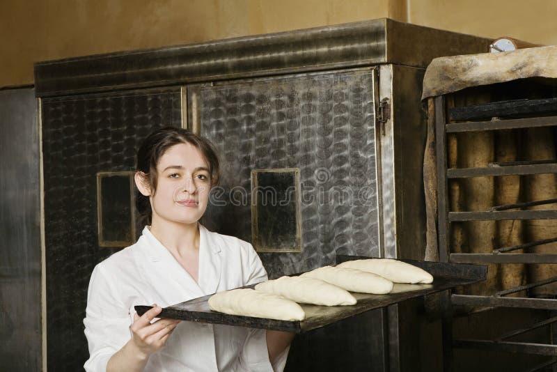 Ramo del pane di Carrying Loaves Of del panettiere da cuocere fotografie stock