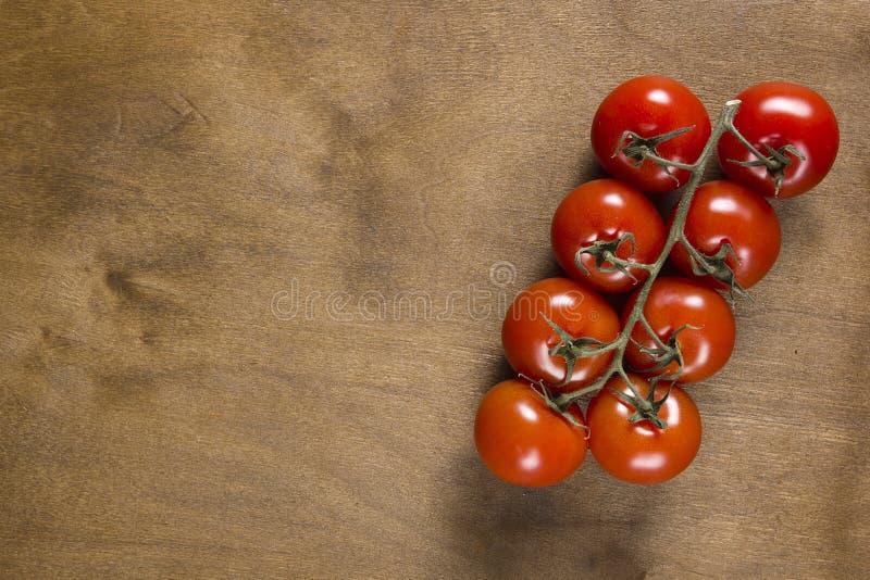 Ramo del pomodoro sulla tavola di legno d'annata fotografia stock libera da diritti