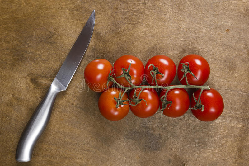 Ramo del pomodoro sulla tavola di legno d'annata fotografia stock