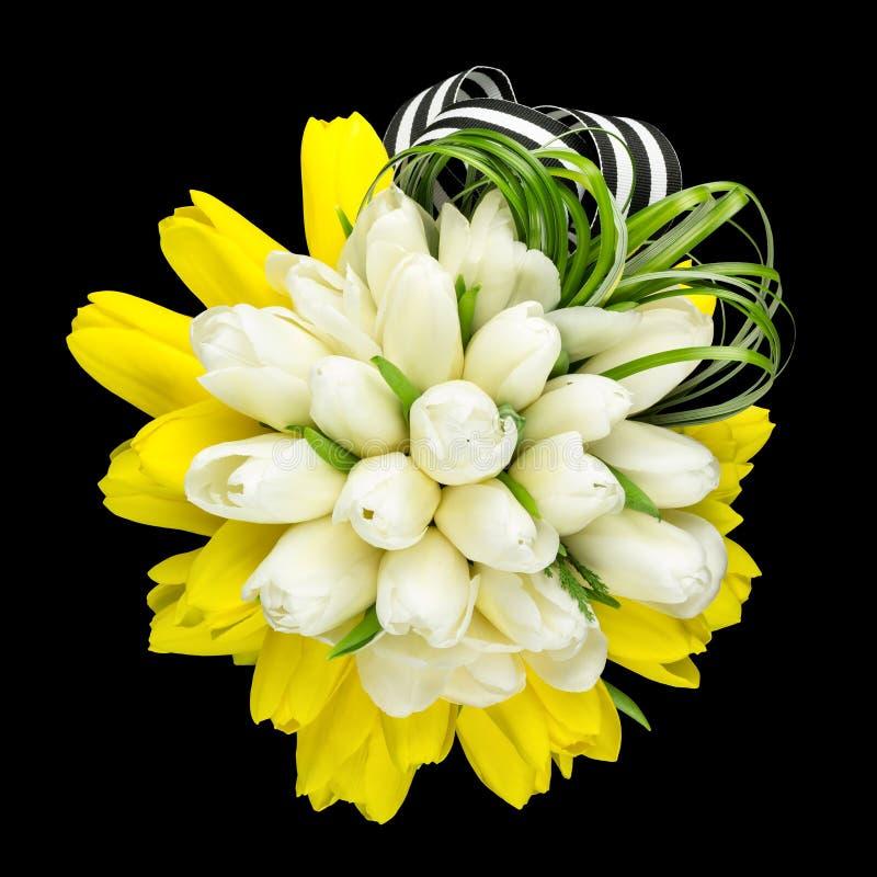 Ramo del tulipán con verdes y la cinta fotos de archivo