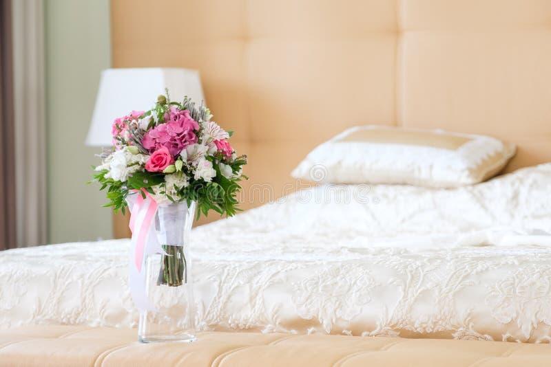 Ramo delicado de la boda con las flores rosadas y blancas en el fondo del interior ligero imagen de archivo