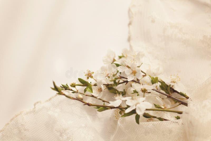 Ramo delicado de la cereza con la servilleta del cordón fotos de archivo libres de regalías