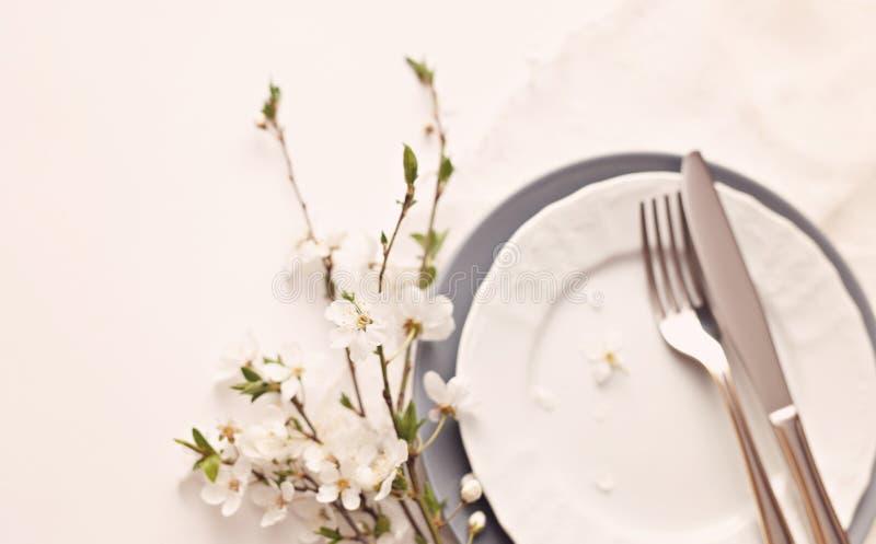 Ramo delicado de la cereza en una tabla servida fotos de archivo