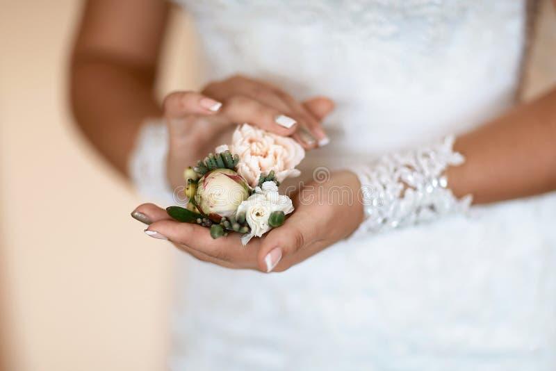 Ramo delicado hermoso de la boda de la flor con las rosas blancas y rosadas en las manos de la novia, mañana de la novia, primer, imagenes de archivo