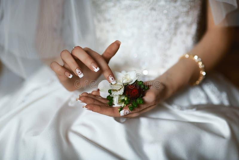 Ramo delicado hermoso de la boda de la flor con las rosas púrpuras y blancas en las manos de la novia, mañana de la novia, primer imagenes de archivo