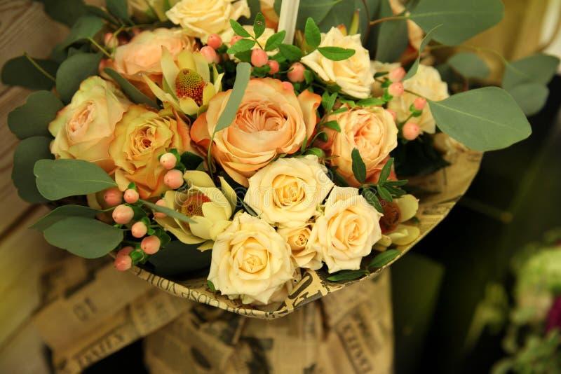 Ramo delicado hermoso de rosas de la crema y del melocotón en estilo del vintage fotografía de archivo