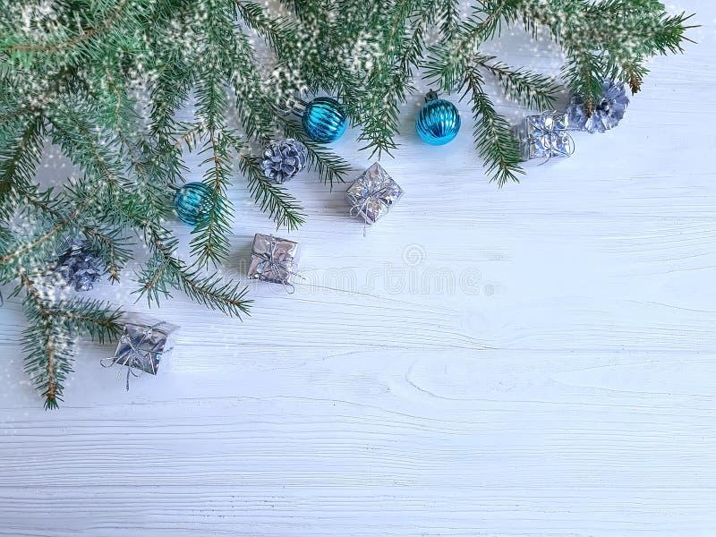 Ramo dell'albero di Natale, regalo, cono del confine della composizione in stagione tradizionale su fondo di legno bianco immagine stock libera da diritti