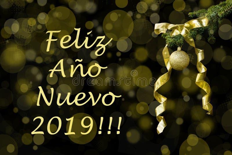 Ramo di albero dell'abete con la palla dorata di scintillio e nastro su fondo scuro Effetti di Bokeh Cartolina Feliz Año di salu fotografia stock