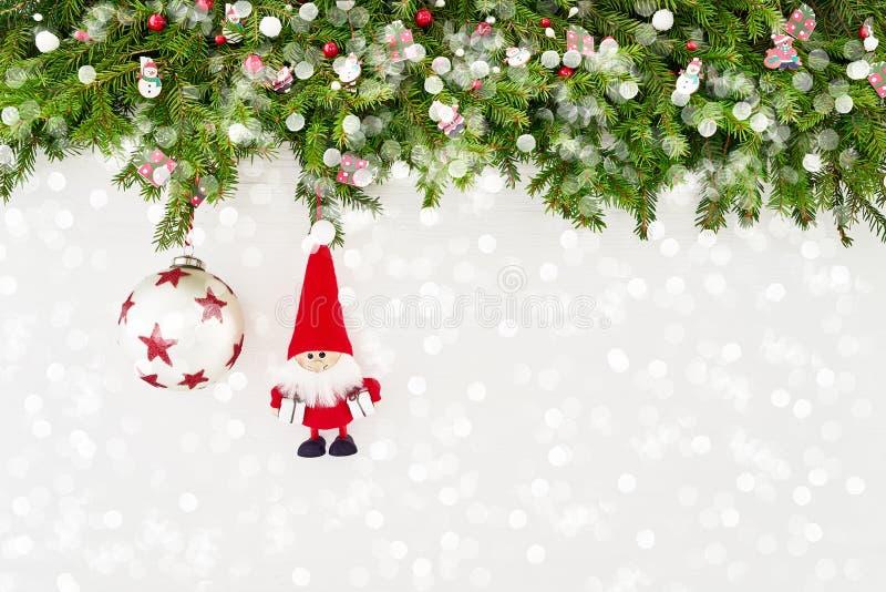 Ramo di albero dell'abete di Natale con Santa e decorazione su fondo di legno bianco Copi lo spazio immagini stock