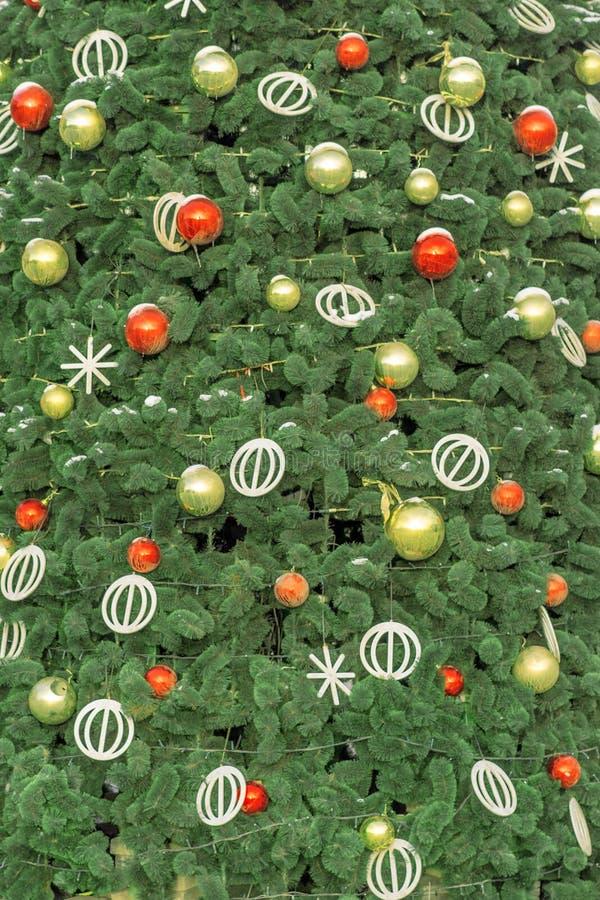 Ramo di albero dell'abete di Natale coperto dalla decorazione della bagattella e della neve immagini stock