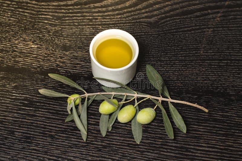 Ramo di di olivo con le bacche dell'oliva verde ed il cappuccio della o fresca immagine stock