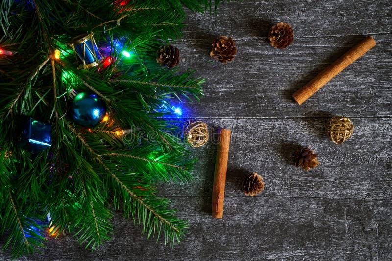 Ramo do abeto decorado pelo Natal e o ano novo ao lado do cin imagens de stock