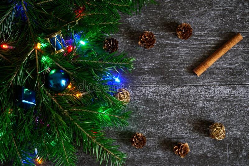 Ramo do abeto decorado pelo Natal e o ano novo ao lado do cin foto de stock royalty free