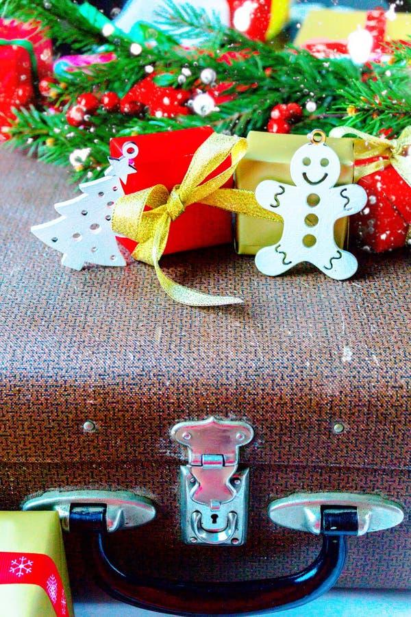 Ramo e caixa de presente do abeto no fundo de madeira foto de stock