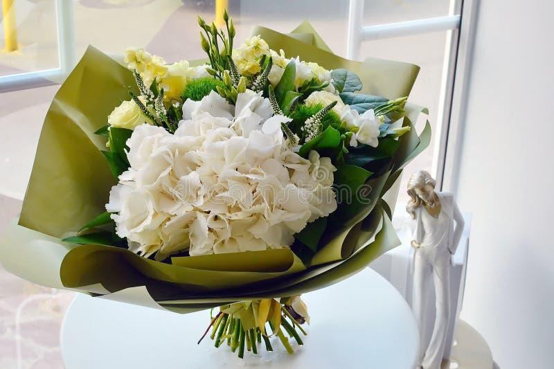Ramo elegante de flores blancas imagen de archivo