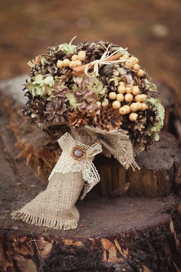 Ramo elegante de la boda del invierno de las plantas y de los conos secos foto de archivo