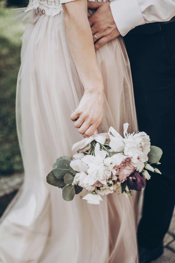 Ramo elegante de la boda novia moderna y novio que sostienen fashiona imagenes de archivo