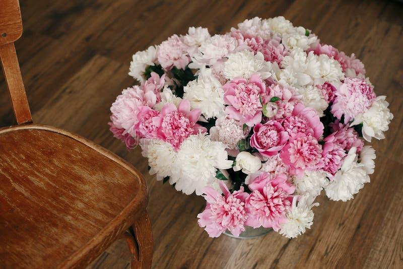 Ramo elegante grande de la peonía en cubo del metal en piso de madera rústico Día de madres feliz Rose roja Concepto del olor del fotos de archivo libres de regalías