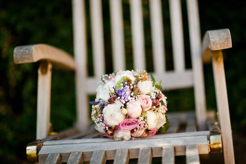 Ramo en - foco bajo - rosas sunbed de madera en muchos colores imágenes de archivo libres de regalías
