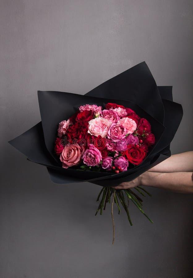 ramo enorme de rosas frescas de las rosas, rojas y rosadas, un ramo a disposición fotografía de archivo