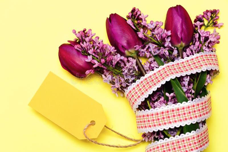 Ramo entregado con los tulipanes y las flores púrpuras de la lila fotos de archivo libres de regalías