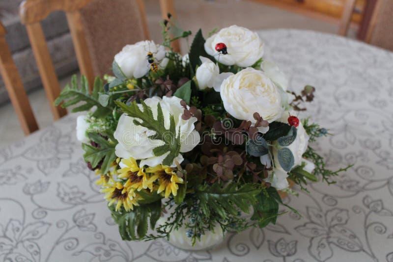 Ramo festivo en un florero imagen de archivo