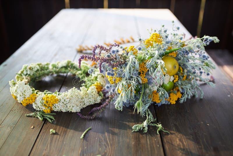 Ramo fragante hermoso de wildflowers y de una guirnalda de la mentira del ajenjo en una tabla de madera fotografía de archivo libre de regalías
