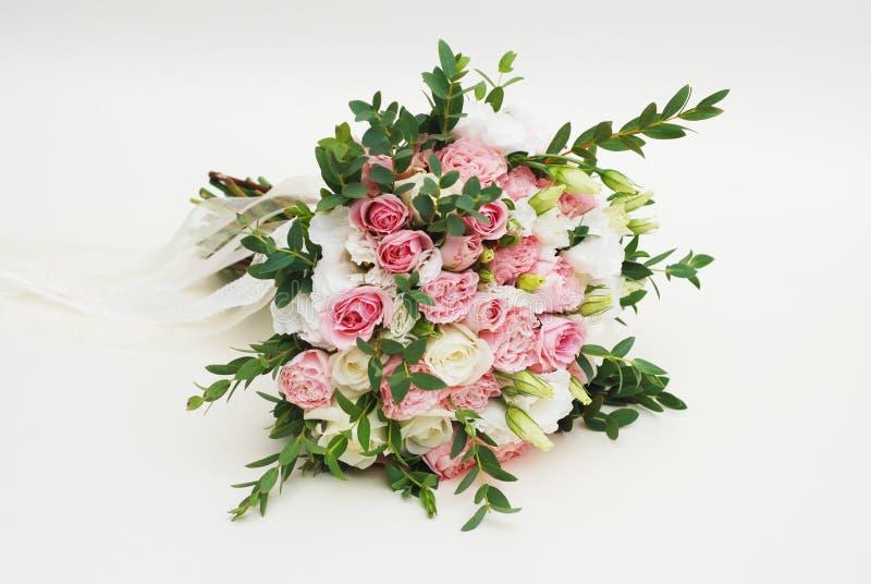 Ramo fresco de la boda hecho de rosas rosadas y blancas, de Eustoma y de las hojas del eucalipto, flores aisladas hermosas fotos de archivo libres de regalías