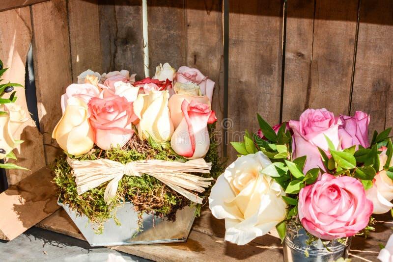 Ramo hecho a mano con las flores de la primavera fotografía de archivo