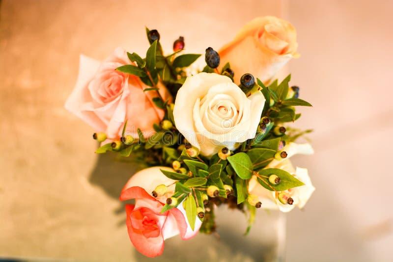 Ramo hecho a mano con las flores de la primavera imagen de archivo