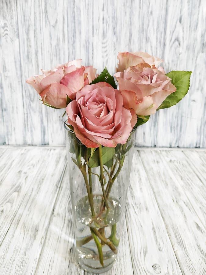 Ramo hermoso con las rosas en un florero de cristal fotografía de archivo