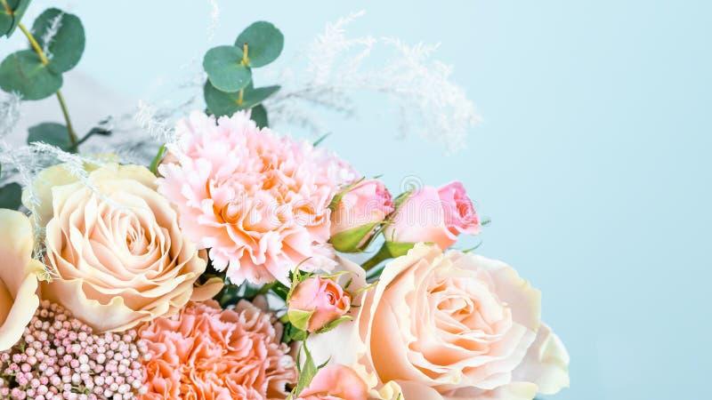 Ramo hermoso con los claveles rosados y primer de las rosas en un fondo azul fotografía de archivo libre de regalías