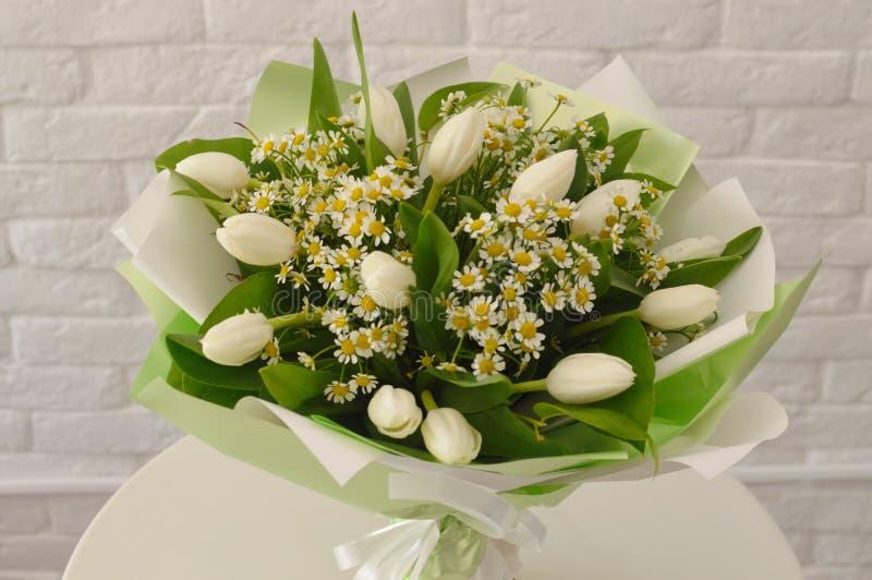 Ramo hermoso con los tulipanes y los camomiles blancos foto de archivo libre de regalías