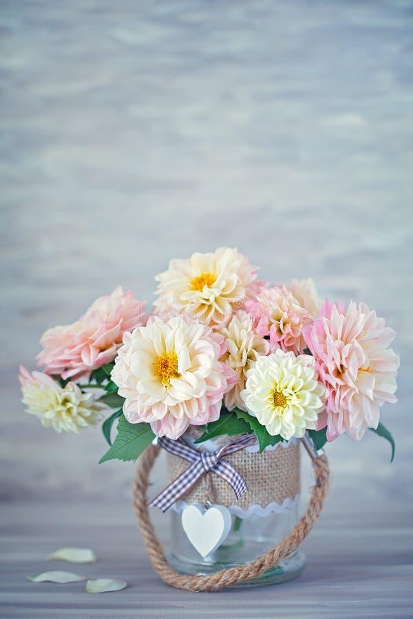 Ramo hermoso de dalias amarillas y rosadas foto de archivo libre de regalías