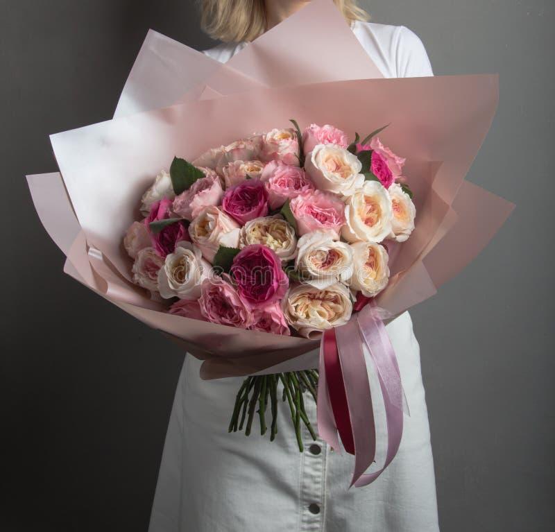 Ramo hermoso de diversas rosas en un fondo gris de la pared imágenes de archivo libres de regalías