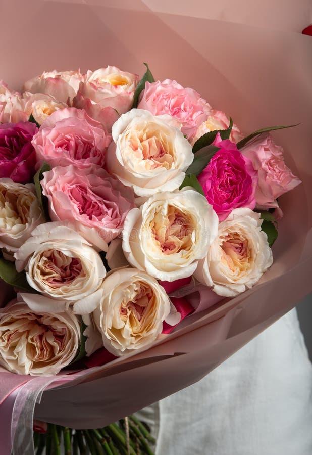 Ramo hermoso de diversas rosas en un fondo gris de la pared fotografía de archivo libre de regalías