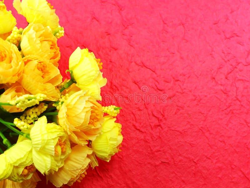 Ramo hermoso de flor falsa en fondo rosado imagenes de archivo