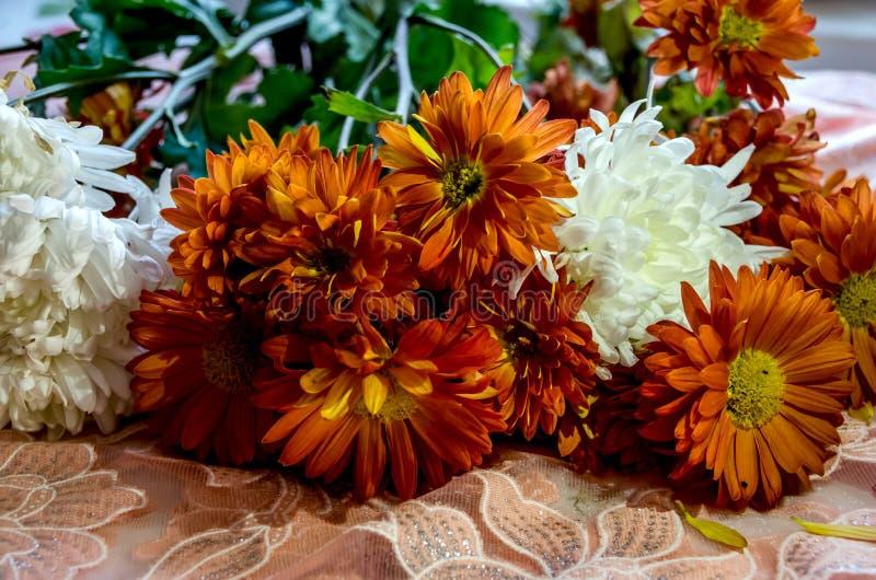 Ramo hermoso de flores anaranjadas y blancas imagen de archivo libre de regalías
