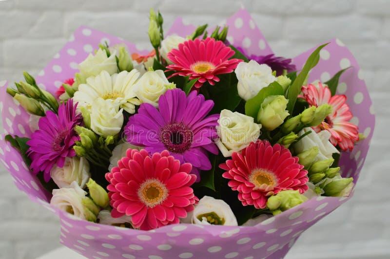 Ramo hermoso de flores coloridas foto de archivo