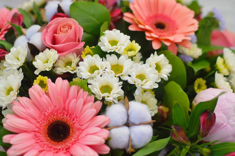 Ramo hermoso de flores coloridas imagen de archivo libre de regalías