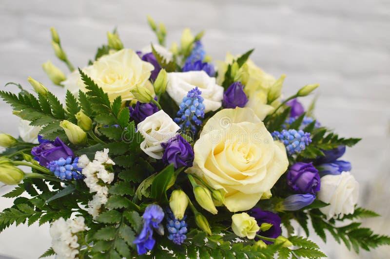 Ramo hermoso de flores coloridas imagenes de archivo