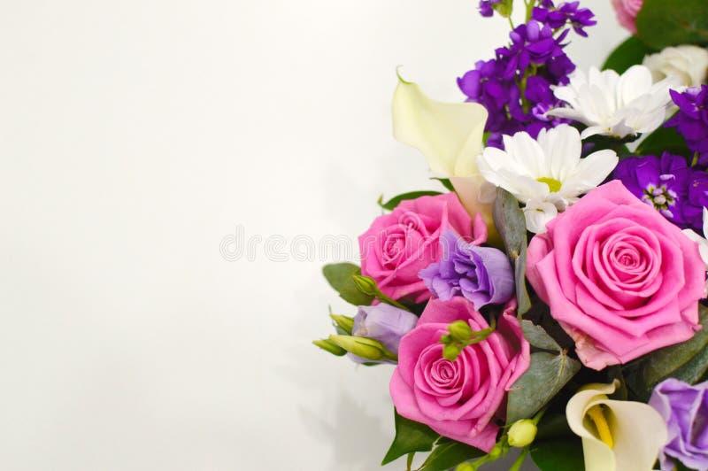 Ramo hermoso de flores coloridas en un cierre blanco del fondo fotografía de archivo