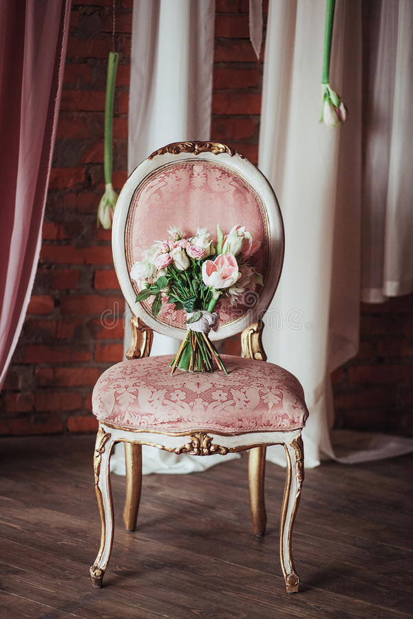 Ramo hermoso de flores coloridas en una silla del vintage, preparándose para la boda, detalles, gabinete de señora imagen de archivo libre de regalías