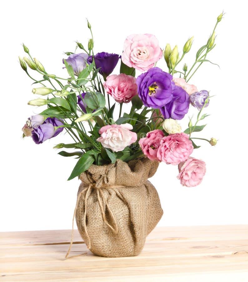 Ramo hermoso de flores del eustome en maceta foto de archivo