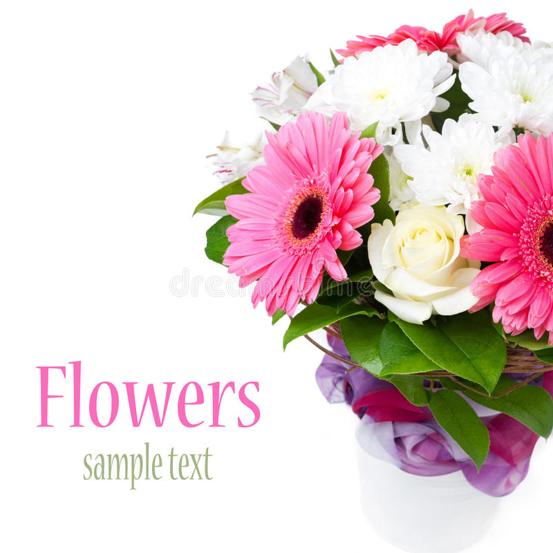 Ramo hermoso de flores en un florero, aislado fotos de archivo libres de regalías