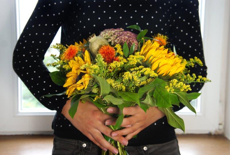 Ramo hermoso de flores y de girasoles fotografía de archivo