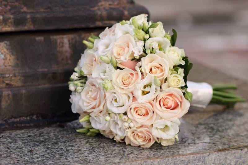 Ramo hermoso de la boda con las rosas imágenes de archivo libres de regalías
