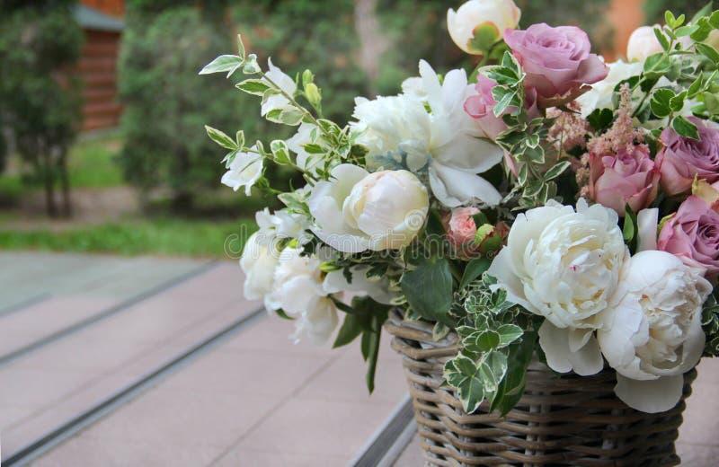 Ramo hermoso de la boda con la peonía y las rosas fotos de archivo